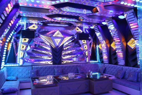 Quán Bar được thiết kế với hệ thống ánh sáng nổi bật