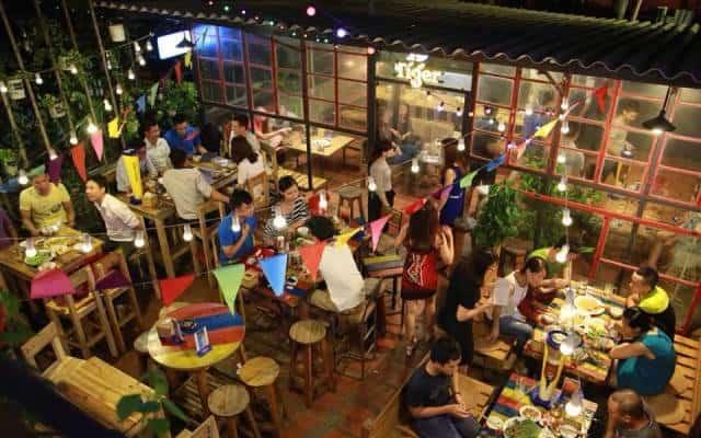 Đối với những quán Bar có diện tích rộng, việc sắp xếp các món nội thất phải đảm bảo cân đối