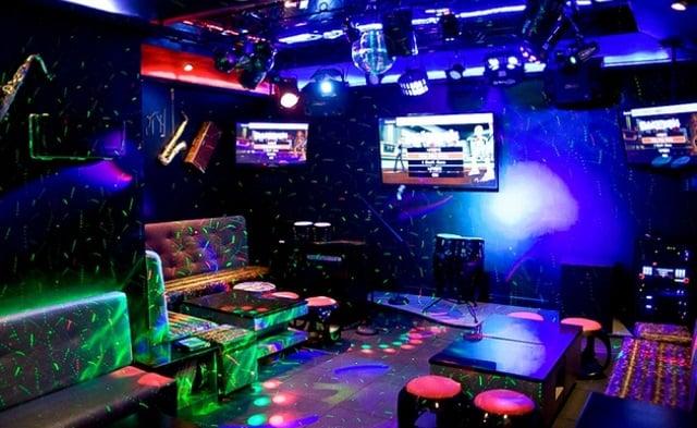 Thiết kế không gian trong quán Bar khá thoáng đãng và rộng rãi, đảm bảo mang đến cảm giác dễ chịu cho khách hàng