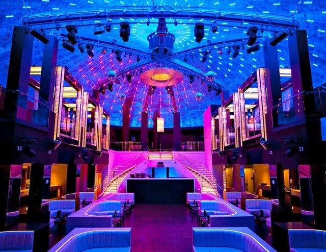 Quán Bar tạo điểm nhấn với khách hàng bởi hệ thống chiếu sáng trên trần nhà