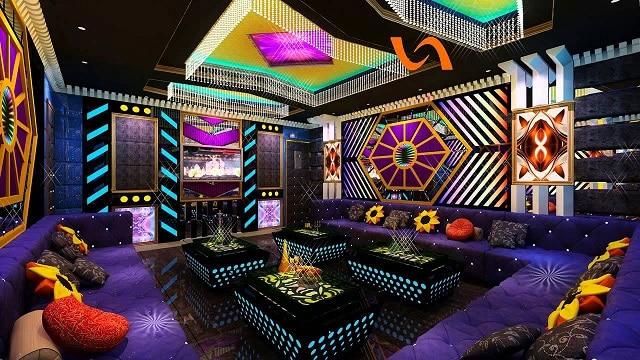 Màu đỏ đô trong những món nội thất phòng Karaoke thể hiện rõ sự xa hoa, lộng lẫy của phong cách thiết kế cổ điển