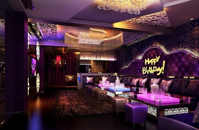 Phòng Karaoke hiện lên hình ảnh một không gian xa hoa, lộng lẫy và bề thế