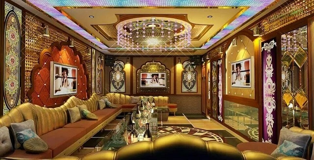 Không gian trong phòng Karaoke thiết kế ánh đèn vàng sang trọng và một sofa êm ái