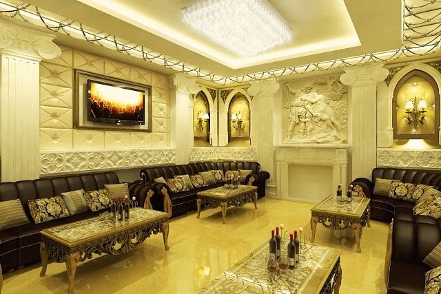 Điểm nhấn trong phòng Karaoke chính là bộ sofa lớn thiết kế sang trọng và bóng đèn trần kiểu dáng ấn tượng