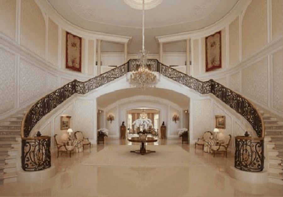 Lối cầu thang đi lên của mẫu nhà bán cổ điển này được thiết kế rất độc đáo