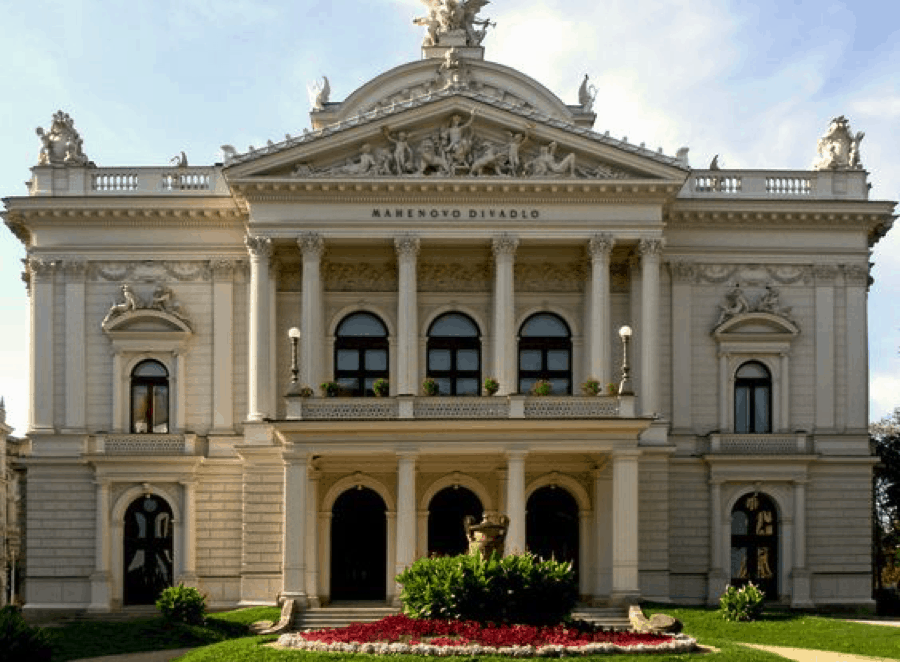 Mẫu thiết kế nhà cổ điển có ban công thiết kế ấn tượng