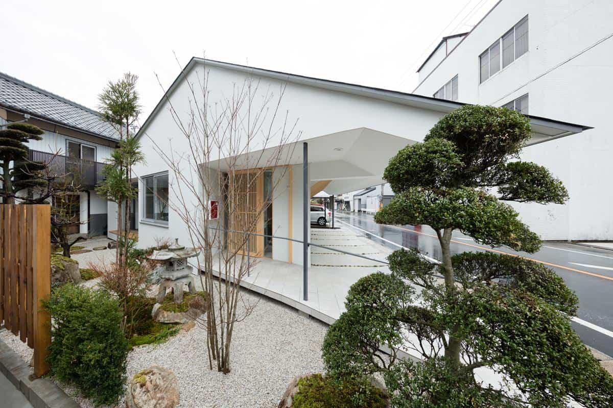 Thiết kế nhà với hệ thống cửa kính lớn hướng ra biển vừa sang chảnh vừa lãng mạn