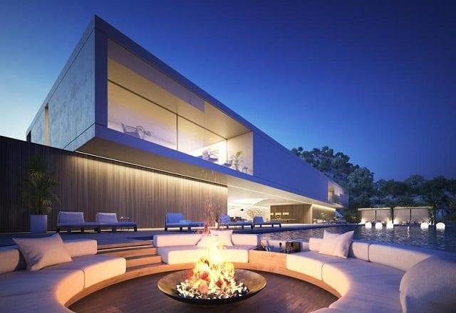 Ngôi nhà thiết kế theo phong cách hiện đại với hệ thống đèn chiếu sáng ấm cúng tạo vẻ đẹp sang trọng