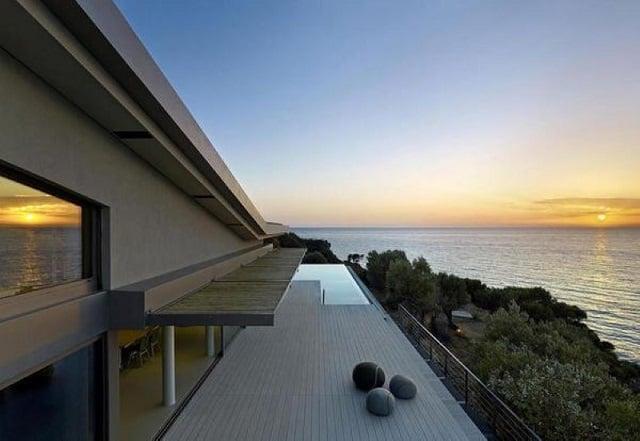 Các vách tường nhà được thiết kế đơn giản nhưng vẫn đủ có sức hút riêng
