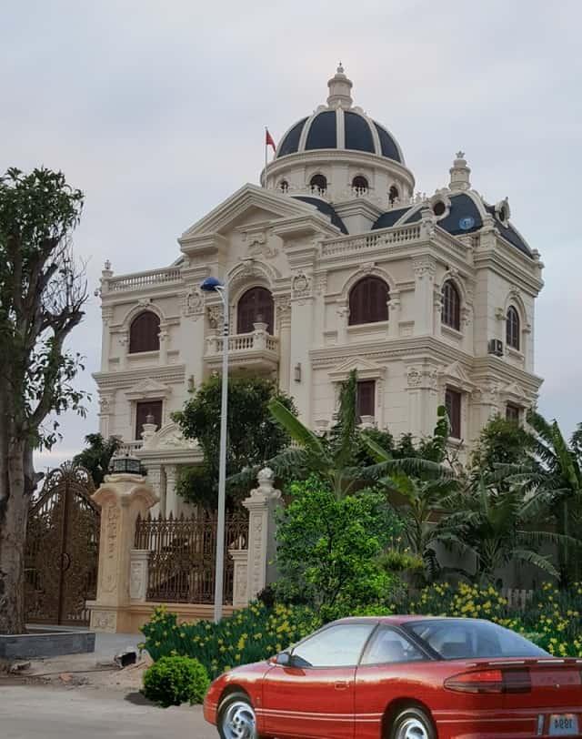Ngôi nhà mang phong cách tân cổ điển được thiết kế giống như tòa lâu đài thu nhỏ giữa lòng thành phố