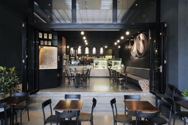 Quán café thiết kế với những chi tiết hiện đại, ấn tượng cùng một quầy bar bắt mắt