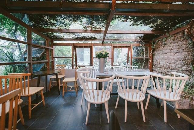 Thiết kế trong quán café ưu tiên sử dụng màu đen với ánh đèn vàng để làm nổi bật toàn bộ thiết kế nội thất