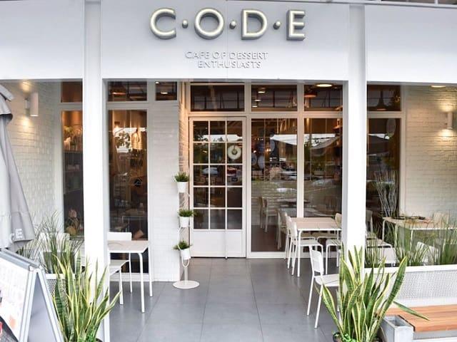 Tận dụng ánh sáng tự nhiên quan những ô cửa kính lớn và yếu tố thiên nhiên luôn mang đến cho quán café một sức cuốn hút đặc biệt
