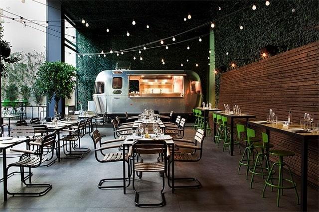Phong cách thiết kế quán café mang hơi hướng hiện đại với sự kết hợp hoàn hảo giữa màu trắng chủ đạo và cây xanh