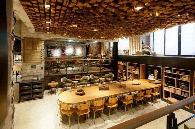 Bạn nghĩ sao về một quán café thiết kế với không gian mở, quầy pha chế là một chiếc xe ô tô đã cũ được tân trang?