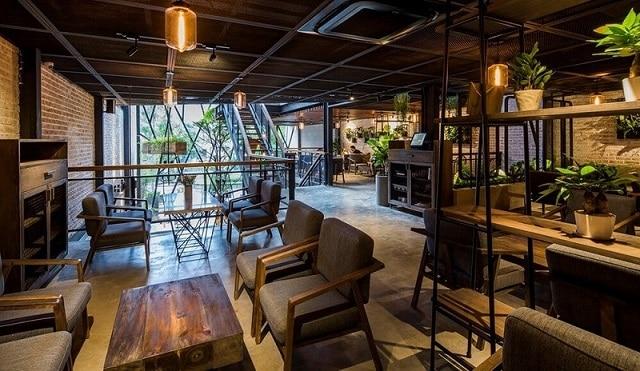 Không gian quán café được thiết kế hiện đại, đơn giản nhưng vẫn đảm bảo mang đến sự thoải mái cho thực khách