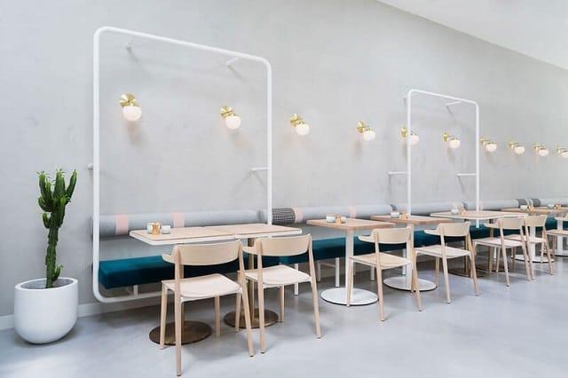 Quán café ưu tiên thiết kế theo phong cách tối giản với màu xám chủ đạo, điểm tô bằng chậu cây xanh mướt