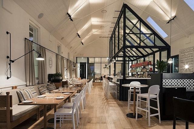 Điểm nhấn trong phong cách thiết kế quán café này đó chính là bàn ghế và những chiếc đèn trần