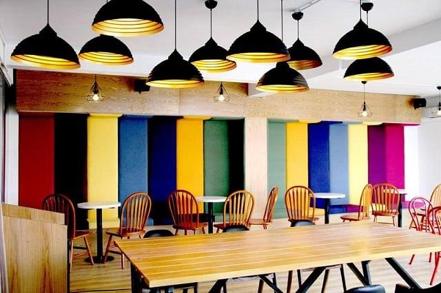 Phong cách mà quán café sở hữu không có gì quá mới mẻ nhưng nhờ tận dụng được các yếu tố nội thất nên mang đậm chất riêng