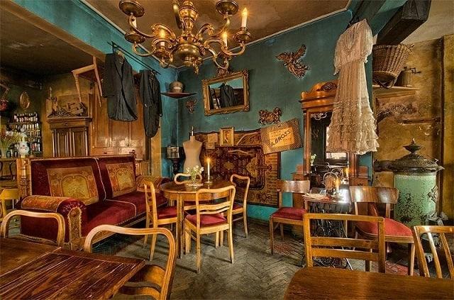 """Một quán café được thiết kế theo phong cách ấn tượng với những chiếc đèn trần độc đáo cùng mảng tường màu sắc là ý tưởng """"ăn tiền"""""""