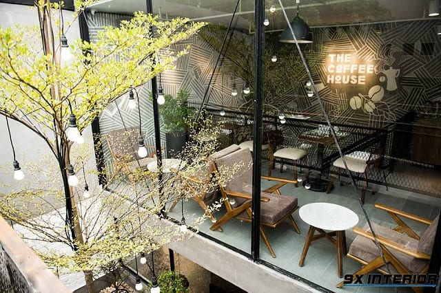 Quán café xuất hiện nhiều mảng cây xanh và tận dụng tối đa nguồn ánh sáng tự nhiên bên ngoài