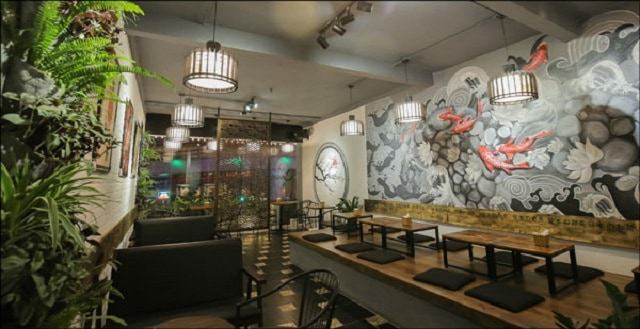 Quán trà sữa thiết kế theo phong cách của người Nhật với những chiếc đèn trần cùng dãy bàn bệt cũng là một ý tưởng hay