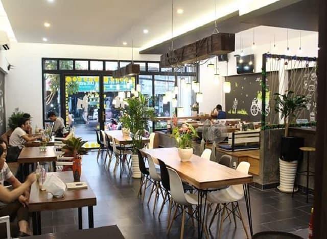 Không gian trong quán trà sữa được trang trí với nhiều chi tiết ấn tượng, những phụ kiện nhỏ xinh