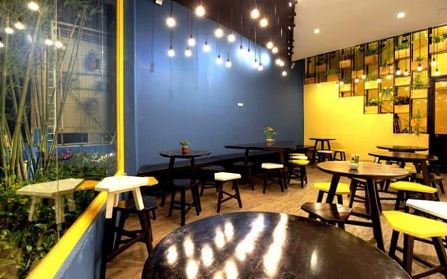 Vẫn là cách tận dụng ánh sáng đèn điện để làm mới không gian nhưng sự kết hợp của quán trà sữa này mang lại nhiều nét độc đáo