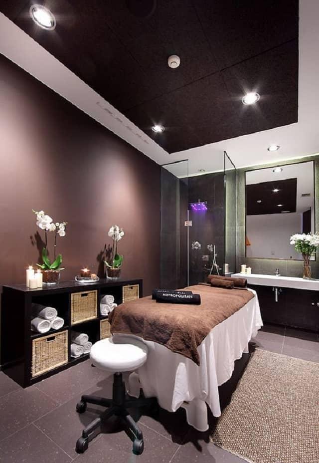 Không gian trong Spa lấy màu nâu làm nền với ánh sáng lung linh của đèn điện tạo cảm giác thoải mái nhất cho khách hàng