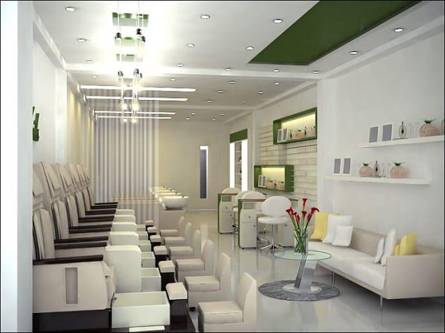 Không gian của tiệm Nail được sắp xếp với những chiếc ghế tựa lớn rất êm ái, tạo điểm nhấn với khách hàng