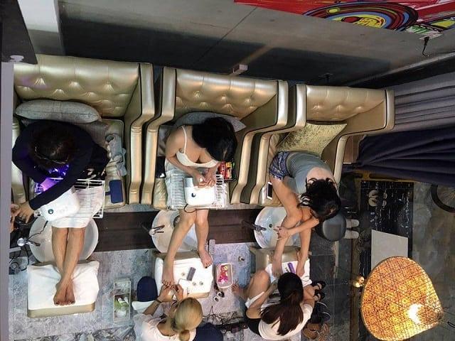 Không gian tiệm Nail sử dụng tông màu trắng kem tạo sự thoáng mát, rộng rãi