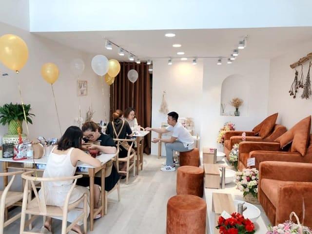 Tiệm Nail được thiết kế theo phong cách hiện đại với những chiếc ghế Nail đẳng cấp tạo sự êm ái cho khách hàng khi ngồi