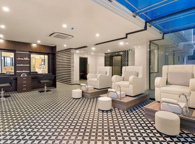 Tiệm Nail được thiết kế với những gam màu nhã nhặn, sáng sủa và thể hiện được nét đẹp tinh tế trong không gian