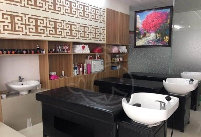 Không gian trong tiệm được thiết kế tối giản các chi tiết, bộ ghế Nail bóng làm nổi bật toàn bộ căn tiệm