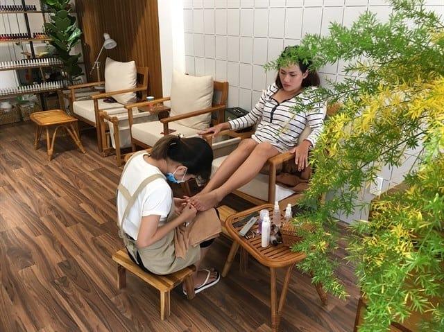 Tiệm Nail được thiết kế gây ấn tượng với khách hàng bởi những bộ ghế Nail lớn cùng không gian tràn ngập sắc hoa