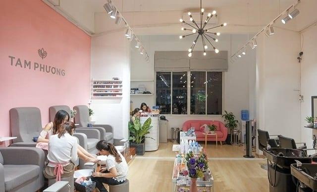 Không gian tiệm Nail thiết kế đơn giản với sự góp mặt của yếu tố cây cảnh luôn mang đến cảm giác tuyệt vời nhất cho khách hàng