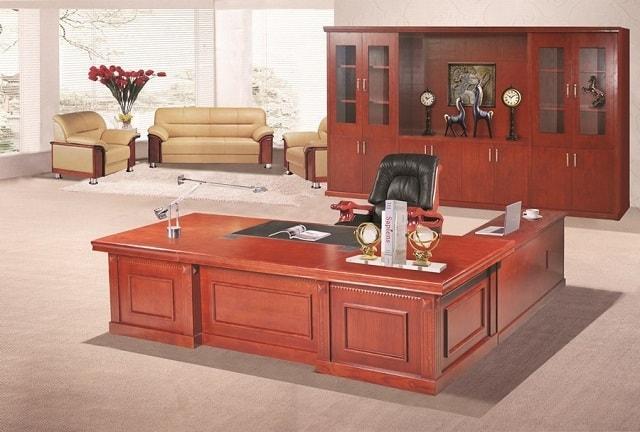 Không gian phòng làm việc sử dụng những dãy bàn dài cùng hệ thống kệ sách sát tường tạo sự tiện nghi