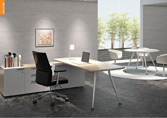 Văn phòng làm việc với gam màu tối cùng hệ thống cửa kính lớn làm bừng sáng toàn bộ không gian