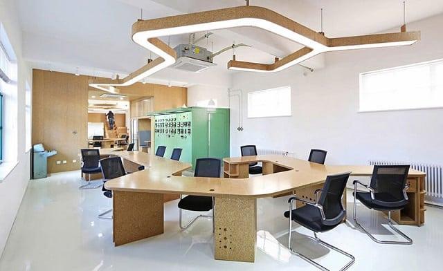 Phòng làm việc lớn thiết kế với nhiều dày bàn để đáp ứng nhu cầu làm việc của nhiều nhân viên