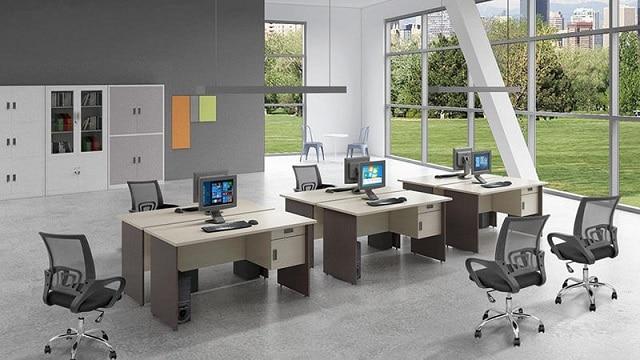Văn phòng làm việc được thiết kế với tông nền đen trắng cùng những chi tiết màu xanh bắt mắt
