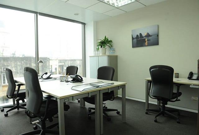 Căn phòng làm việc được thiết kế đơn giản, những yếu tố tiểu cảnh thiên nhiên làm không gian thêm tươi mới