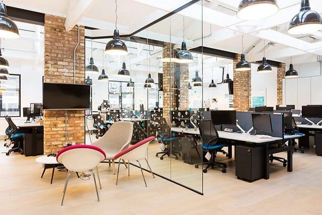 Không gian văn phòng được thiết kế với chất liệu nội thất chủ đạo là gỗ để tạo sự thân thiện, tinh tế
