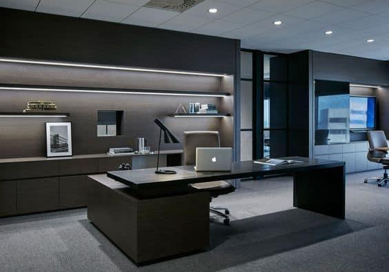 Phòng làm việc được trang trí với gam màu xanh lá nổi bật kết hợp với khung cửa kính lớn tận dụng ánh sáng tự nhiên
