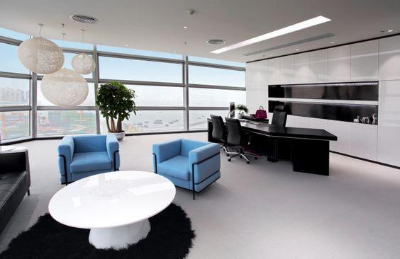Phòng làm việc thiết kế với những món nội thất bằng gỗ cùng trang thiết bị hiện đại tạo không gian đẳng cấp