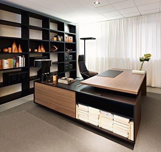 Không gian phòng làm việc với hệ thống cửa kính lớn cùng yếu tố tiểu cảnh tạo sự thoáng mát