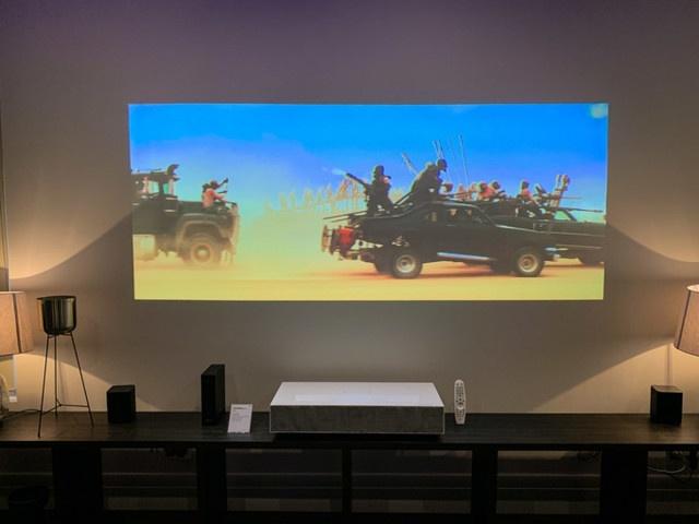 Thiết kế nội thất thay tivi bằng máy chiếu