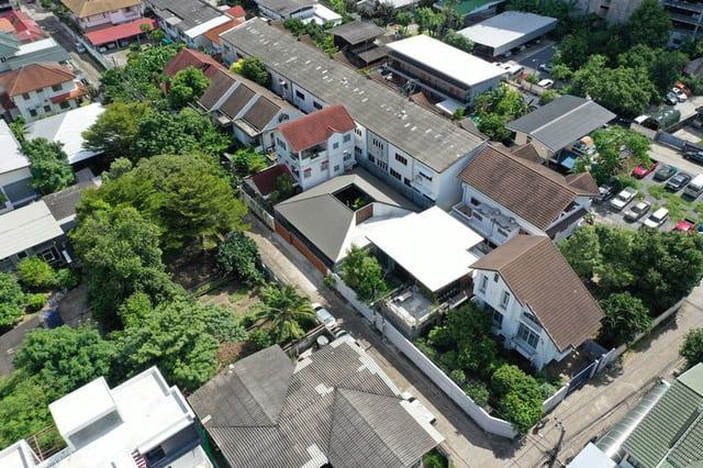 Ngôi Nhà Ở Thái Lan Tạo Sức Hút Với Thiết Kê Mái Dài Ấn Tượng 1