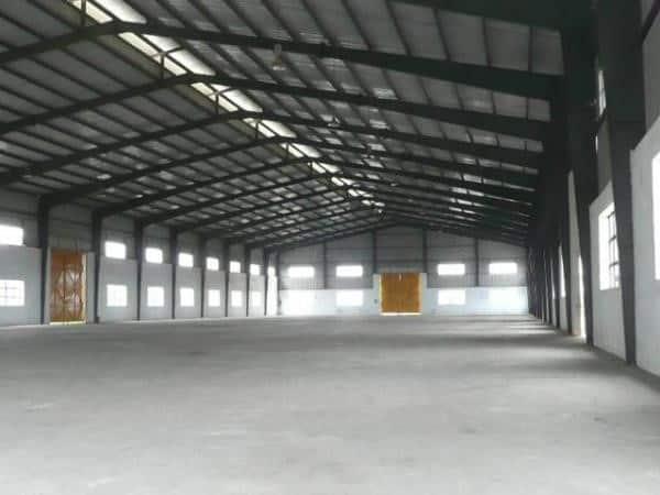 Thiết kế kho xưởng đơn giản với tường bê tông và mái tôn