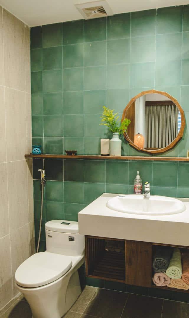 Phòng vệ sinh nhìn khá đơn giản với gạch ốp tường khá cổ kín