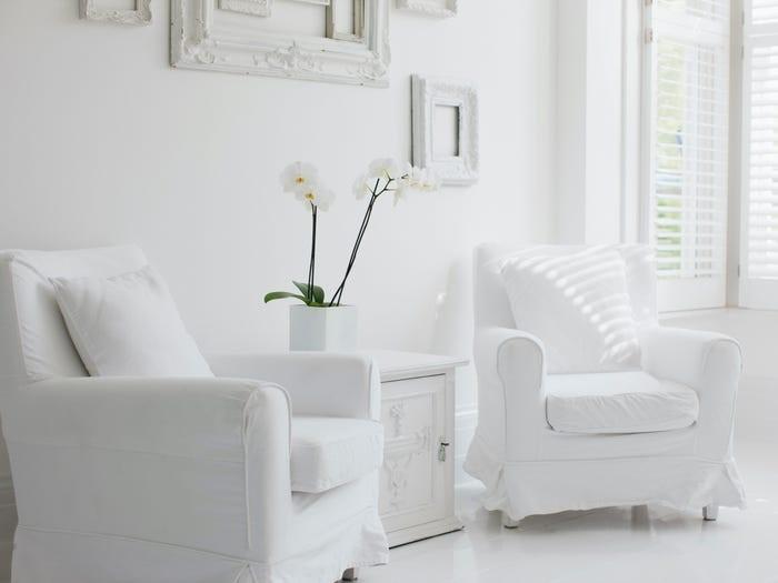 Đồ nội thất trắng làm cho gia chủ mất nhiều thời gian bảo quản và vệ sinh